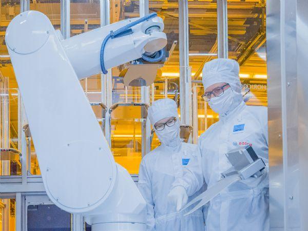 Mikrochipfabrikken i Dresden er en intelligent fabrik og skal fungere som pioner inden for Industrie 4.0-fremstilling af mikrochips, fremhæver Bosch.