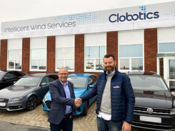 Administrerende direktør Mads Obling Rasmussen (t.h.), Clobotics Wind Services EMEA, giver hånd på aftalen om overtagelse af Danish Blade Service med virksomhedens direktør og grundlægger Brian Bendixen (t.v.).