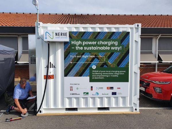 Danske Nerve Smart Systems ladestander er i denne uge landet på Bornholm. Pakken er en container med et stort tre-strenget batteri der kan hurtigoplade elbiler med op til 350 kiloWatt.