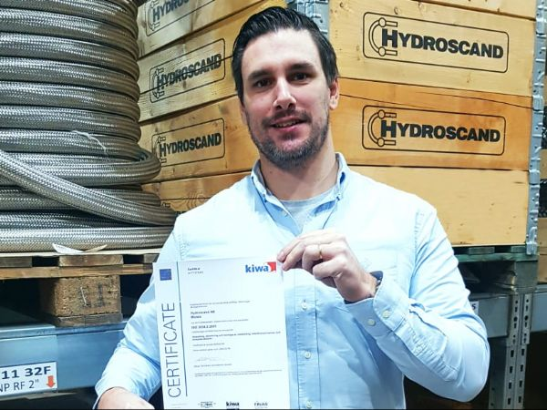 Hydroscand-fabrikschef Rickard Öreteg ses her i produktionen i svenske Motala med det forlængede kvalitetscertifikat.
