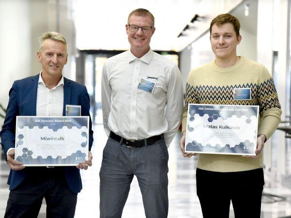 Formanden for IDA Connect Michael Brogaard Jensen flankeres her af modtagerne af årets IDA Connect-priser, CEO i MiWire, David Fleischer (t.v.), som modtog prisen i kategorien virksomheder, og Matas Kulkovas (t.h.), som modtog studerende-prisen. (Foto: Henrik Frydkjær)