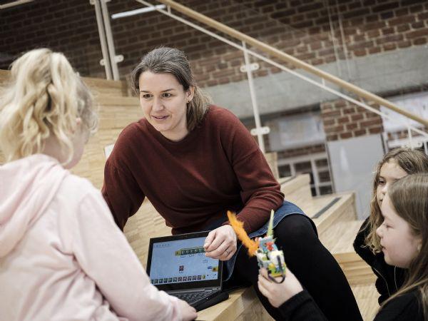 I Sara Peta-Melins undervisning inddrages teknologi og robotteknologi ved at lade børnene udvikle robotter, der kan løse professor Frosts udfordringer.